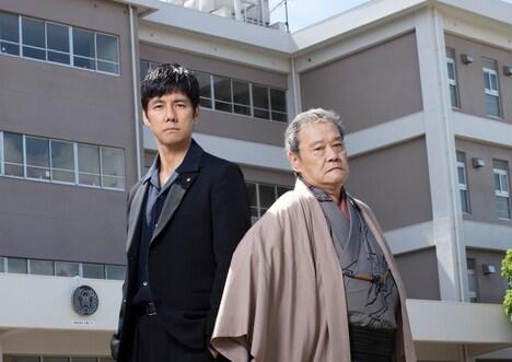 左から日村役の西島秀俊、阿岐本役の西田敏行。