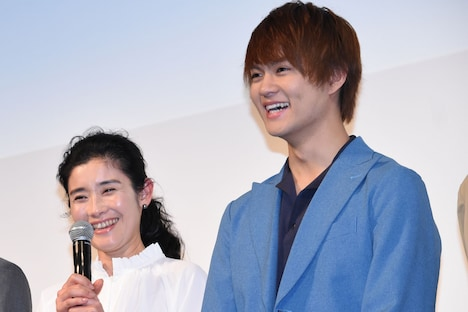 左から石田ひかり、佐野勇斗。