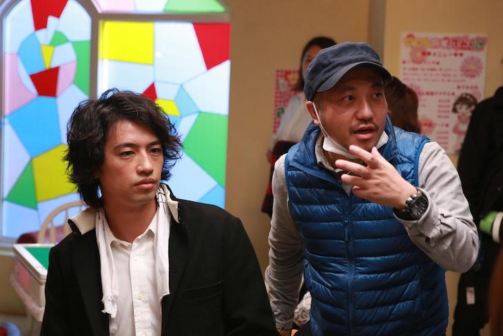 「麻雀放浪記2020」メイキング写真より、坊や哲役の斎藤工(左)と白石和彌(右)。