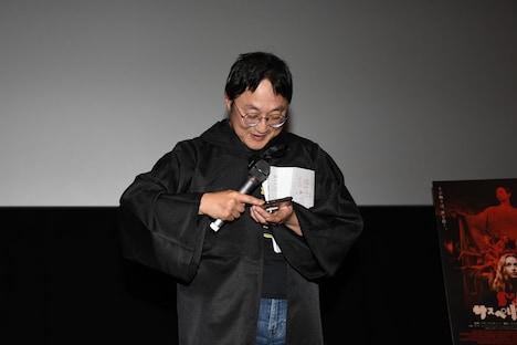 スマートフォンを操作する町山智浩。