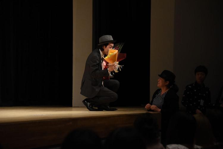 ファンから花束を受け取る上田慎一郎(左)。