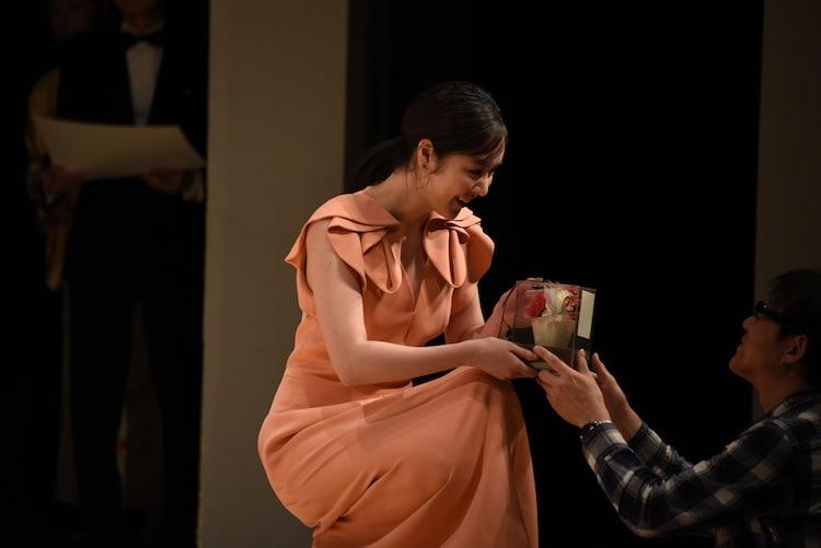 ファンから花束を渡される唐田えりか。