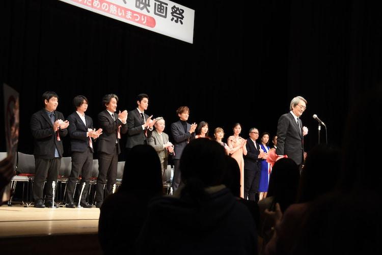 山崎努へのスタンディングオベーションの様子。