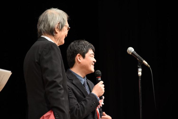 左から山崎努、沖田修一。
