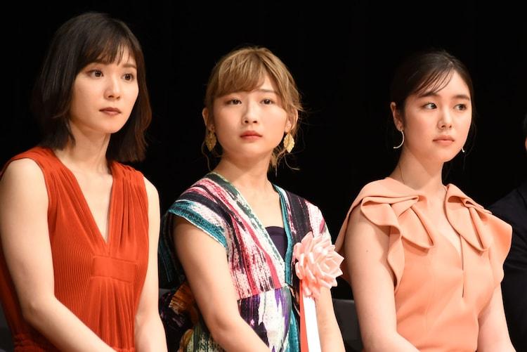 伊藤沙莉(中央)と唐田えりか(右)。