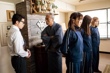 岩城滉一演じる犬金鬼万次郎(中央)。