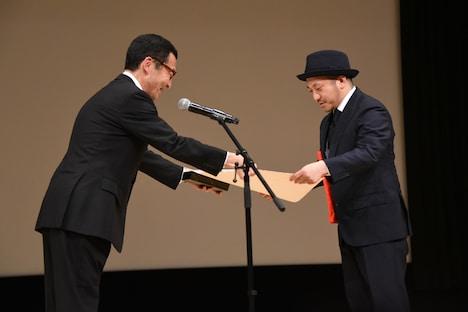 賞状を受け取る白石和彌(右)。