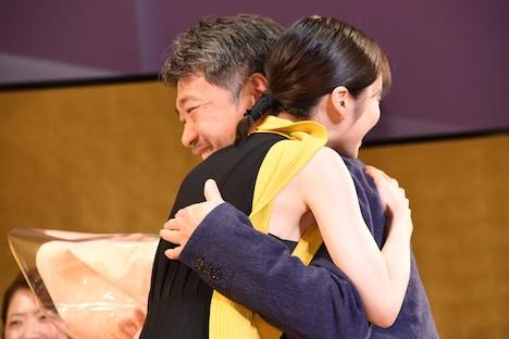 松岡茉優(左)と抱擁を交わす是枝裕和(右)。