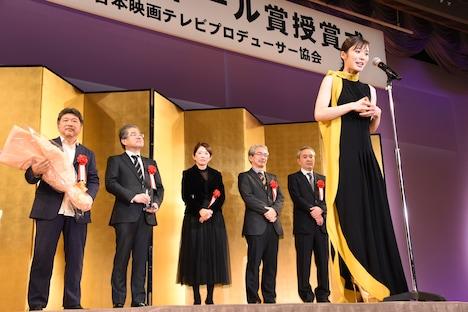 「万引き家族」製作チームにお祝いの言葉をかける松岡茉優(手前)。