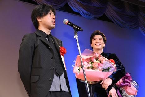 左から瑠東東一郎、田中圭。