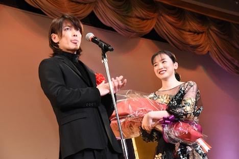 左から佐藤健、永野芽郁。