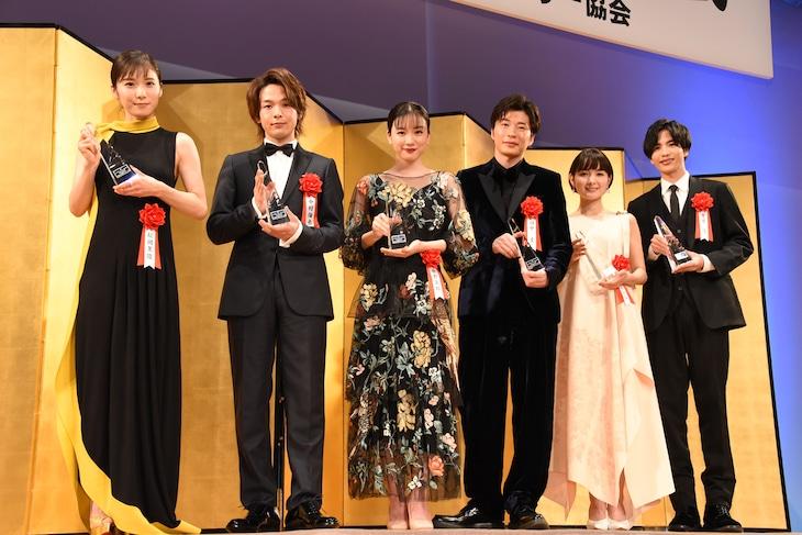 第43回エランドール賞新人賞の受賞者たち。左から松岡茉優、中村倫也、永野芽郁、田中圭、葵わかな、志尊淳。