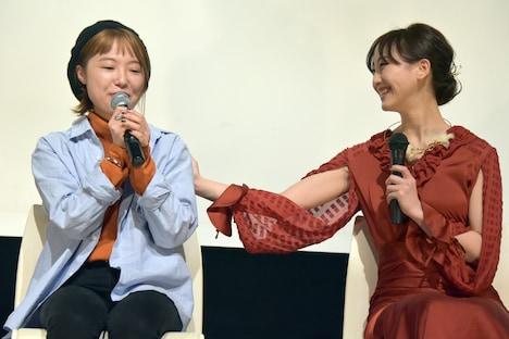左から坂本ユカリ、松井玲奈。
