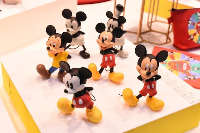 歴代ミッキーマウスのフィギュア。