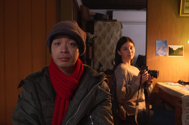 左から峯田和伸、橋本マナミ。