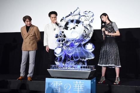 「雪の華」オブジェに見入る登壇者たち。