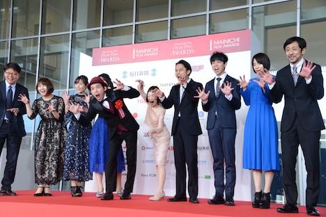 「カメラを止めるな!」監督の上田慎一郎とキャスト陣。上田の妻・ふくだみゆきもステージに上がった。