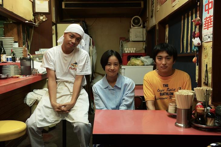 「いちごの唄」撮影現場にて、左から峯田和伸、石橋静河、古舘佑太郎。
