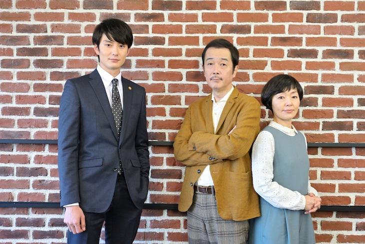 左から岡田将生、リリー・フランキー、小林聡美。