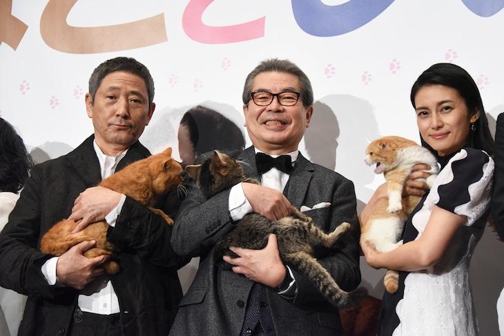「ねことじいちゃん」初日舞台挨拶の様子。左から小林薫とまろにー、立川志の輔とベーコン、柴咲コウとゆず。
