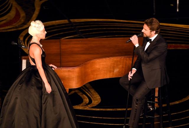 第91回アカデミー賞授賞式にて「シャロウ ~『アリー/ スター誕生』愛のうた」を歌うレディー・ガガ(左)とブラッドリー・クーパー(右)。(Getty Images)