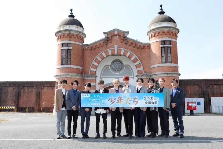 「映画 少年たち」撮影場所の旧奈良監獄に再訪したキャストと監督の本木克英(右)。