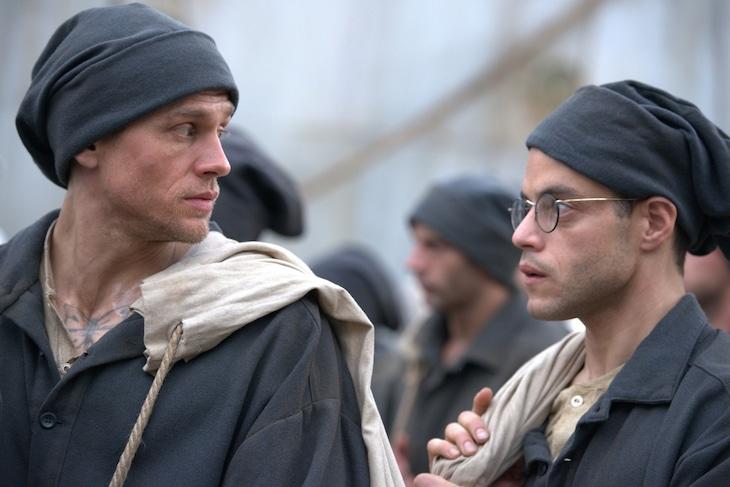 「パピヨン」より、チャーリー・ハナム演じるパピヨン(左)とラミ・マレック扮するドガ(右)。