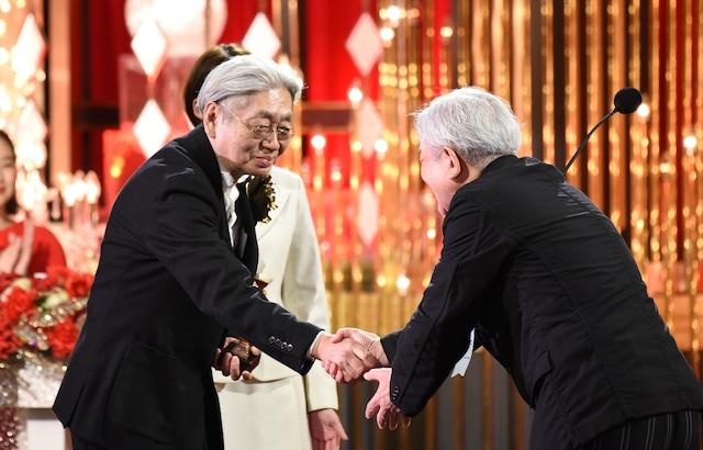 授賞式で握手を交わす細野晴臣(左)と鈴木慶一(右)。