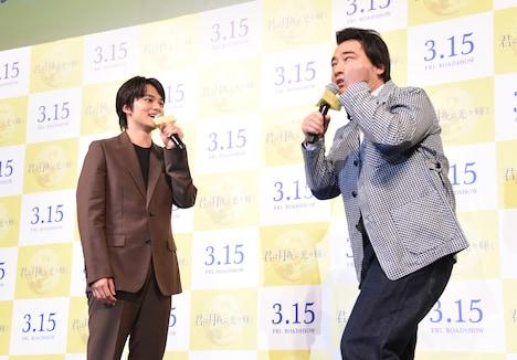 北村匠海(左)に告白され、変顔を披露する斉藤慎二(右)。