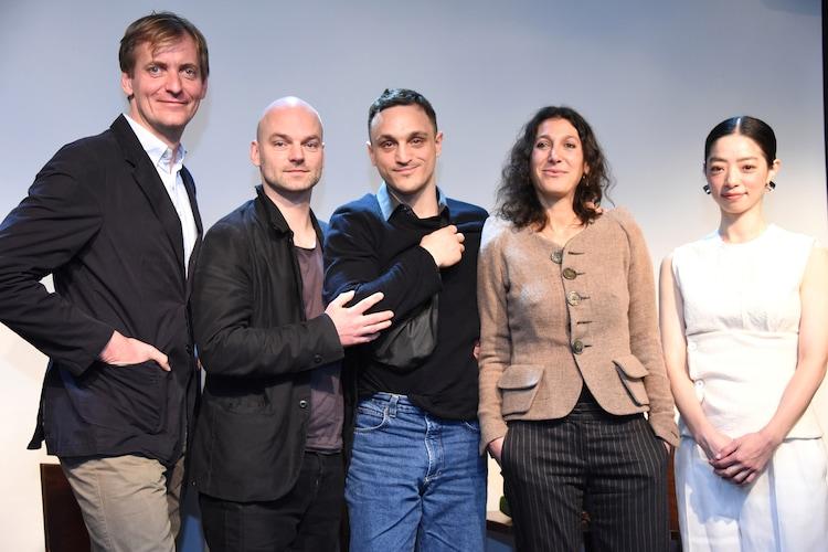 「ドイツ映画祭『HORIZONTE 2019』」来日記者会見の様子。左からラース・クラウメ、トーマス・ステューバー、フランツ・ロゴフスキ、エミリ・アテフ、市川実和子。