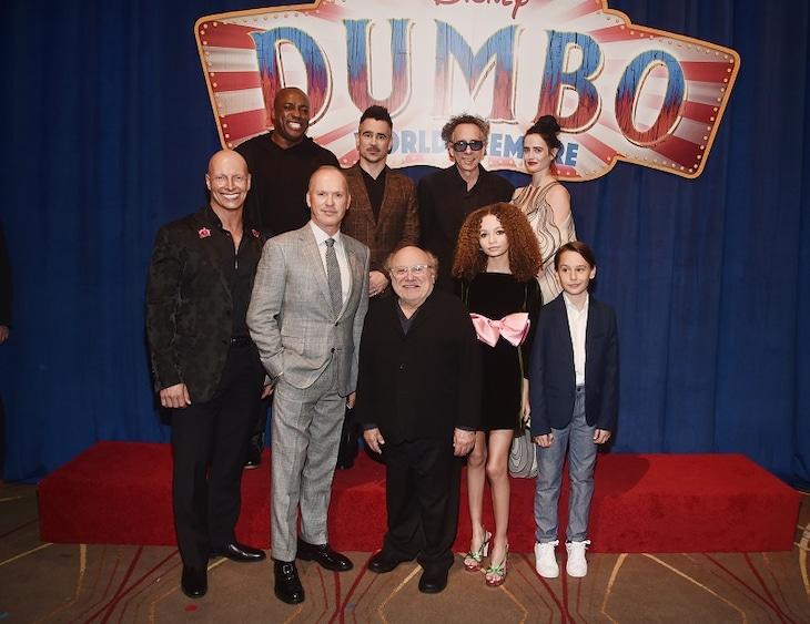 コリン・ファレル(後列中央左)、ティム・バートン(後列中央右)、エヴァ・グリーン(後列右端)、マイケル・キートン(前列左から2番目)、ダニー・デヴィート(前列中央)。