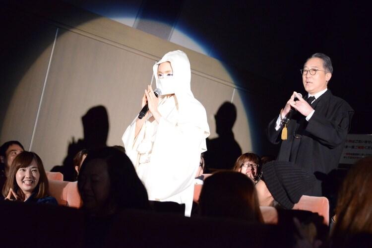 「水金地火木土天海海ー!」と唱えながら入場する山口紗弥加(左)と佐野史郎(右)。