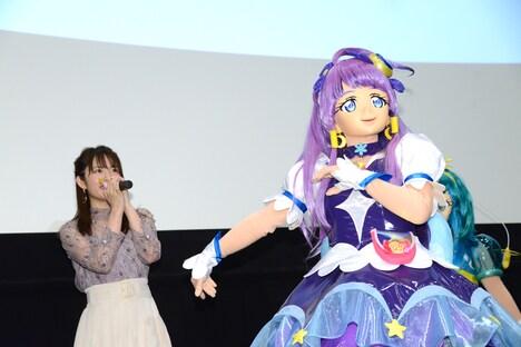 名乗りを上げるキュアセレーネ(右)と小松未可子(左)。