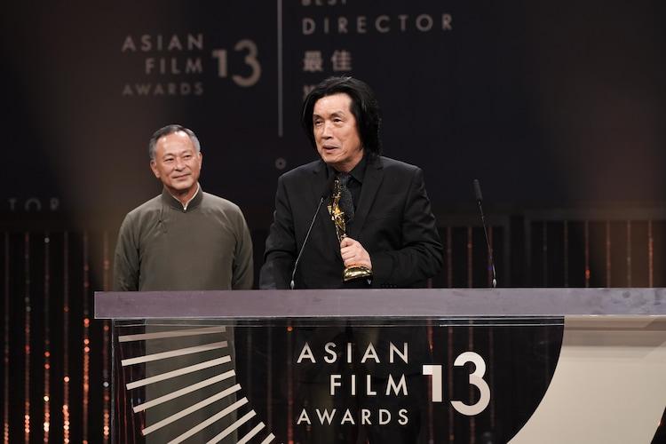 最優秀監督賞を受賞したイ・チャンドンとプレゼンターのジョニー・トー(左)。