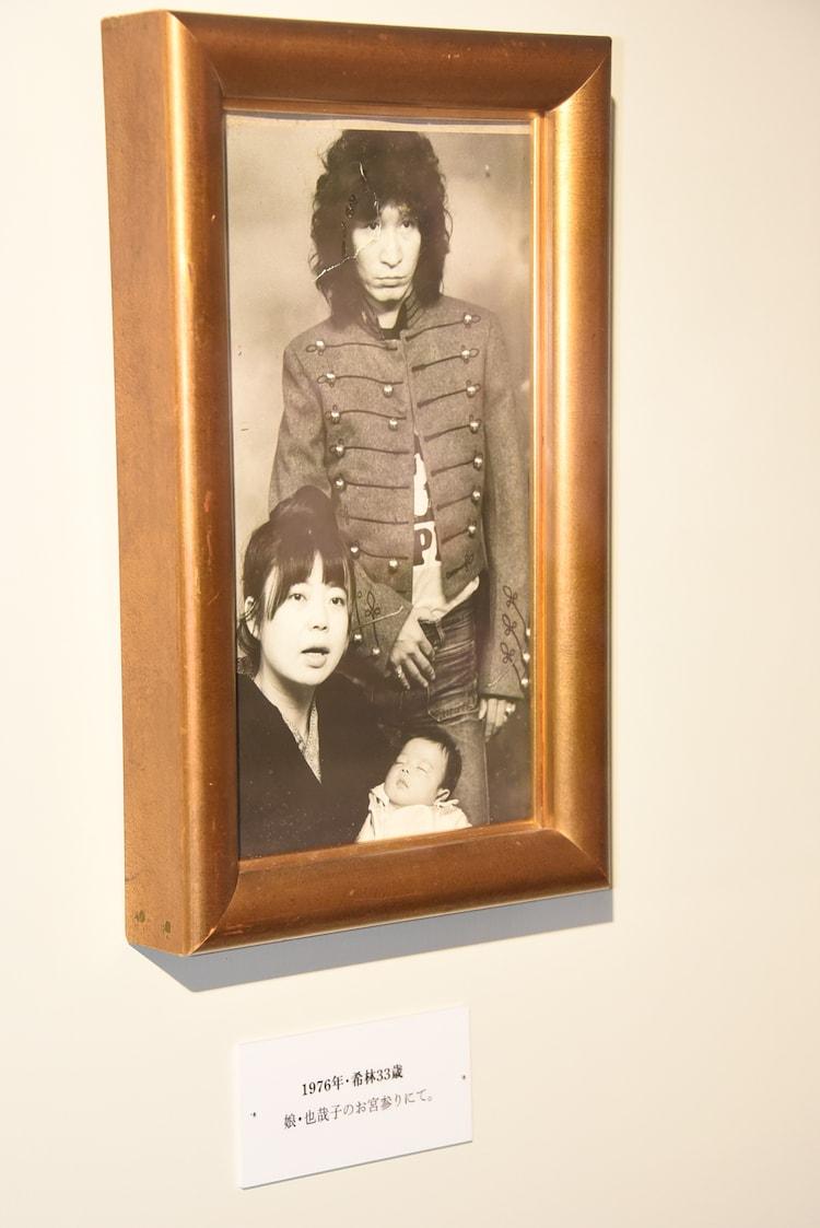 内田裕也と娘・内田也哉子のお宮参りをする樹木希林。