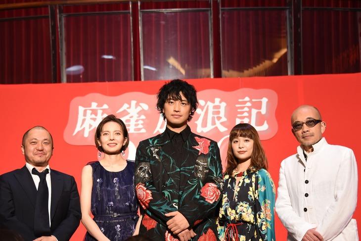 「麻雀放浪記2020」完成報告イベントにて、左から白石和彌、ベッキー、斎藤工、もも、竹中直人。