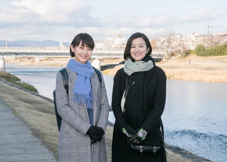 左から波瑠、鈴木京香。
