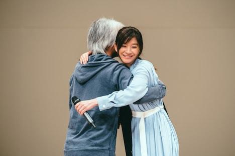 塚本連平(左)とハグする篠原涼子(右)。