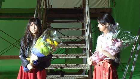 左から土屋太鳳、芳根京子。