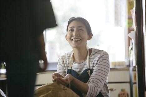 「もみの家」より、田中美里演じる佐藤恵。