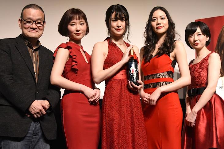 「殺人鬼を飼う女」の完成披露試写会にて、左から中田秀夫、大島正華、飛鳥凛、松山愛里、中谷仁美。