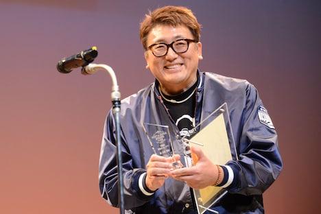 清野菜名の代理でトロフィーを受け取った福田雄一。