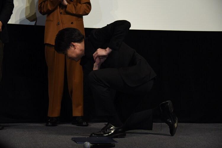 ステージへ上がった吉村崇。