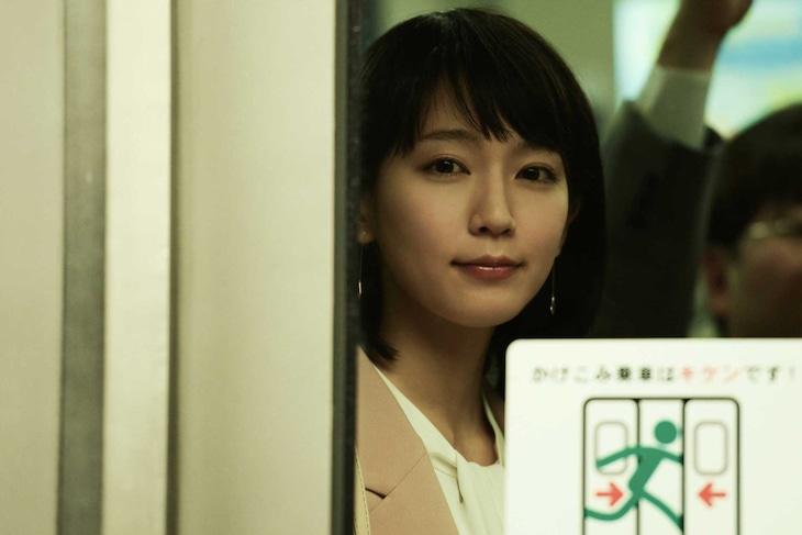 「パラレルワールド・ラブストーリー」より、吉岡里帆演じる津野麻由子。