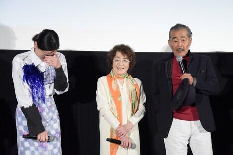 倍賞千恵子(中央)、藤竜也(右)に現場で笑いっぱなしだったと暴露され、赤面する市川実日子(左)。