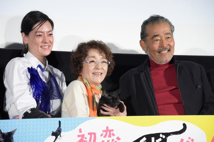 「初恋~お父さん、チビがいなくなりました」完成披露試写会の様子。左から市川実日子、倍賞千恵子、チビを演じたりんご、藤竜也。