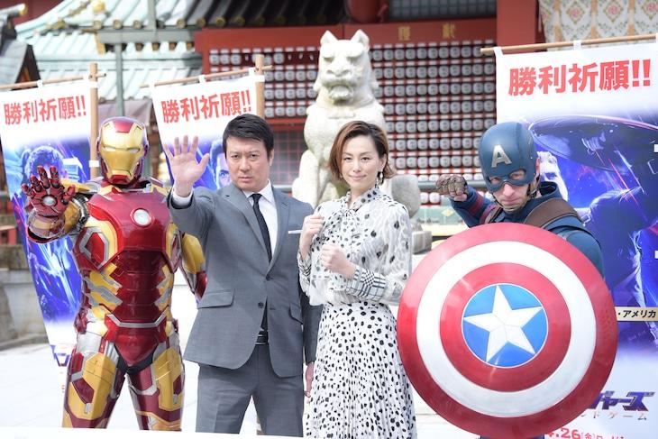 「アベンジャーズ/エンドゲーム」勝利祈願イベントにて、左からアイアンマン、加藤浩次、米倉涼子、キャプテン・アメリカ。
