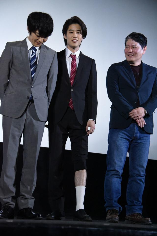女性陣に対抗して、素足をチラ見せする石田隼(中央)。