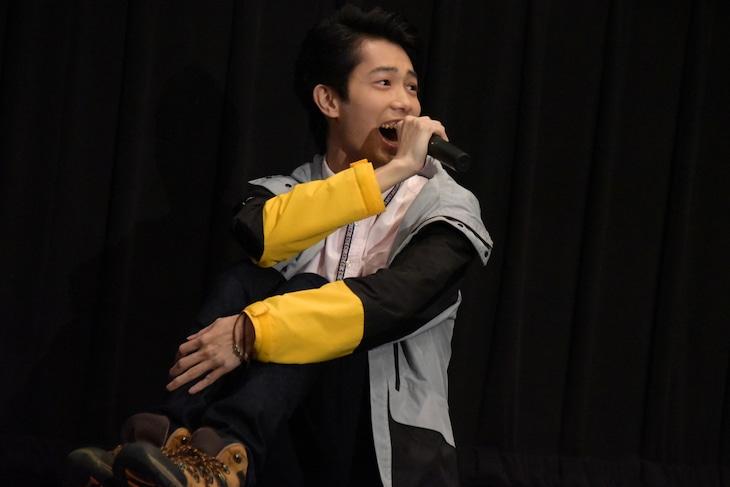 「ルパンレンジャーVSパトレンジャーVSキュウレンジャー」完成披露舞台挨拶にて、ステージ上で体育座りする國島直希。