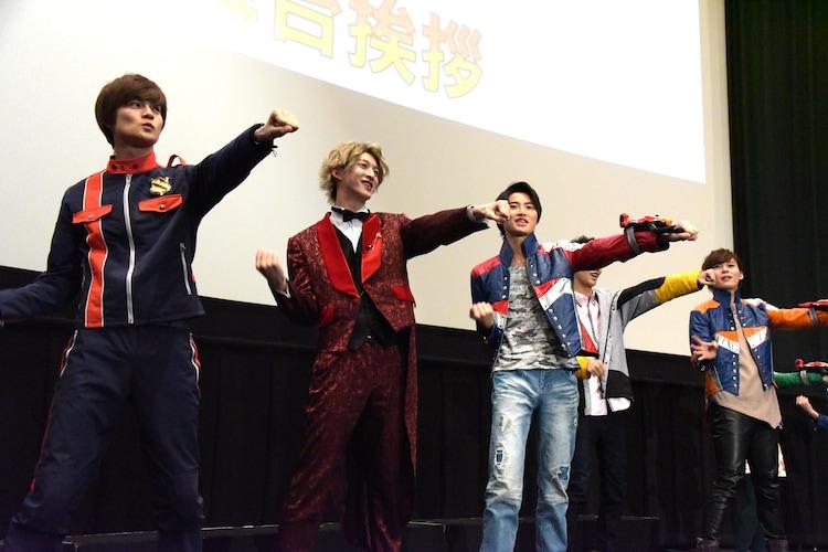 「キュータマダンシング!」を踊るキャストたち。